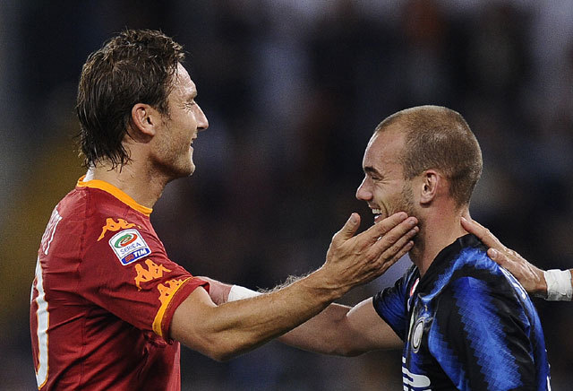 Franceso Totti (balra) Wesley Sneijder