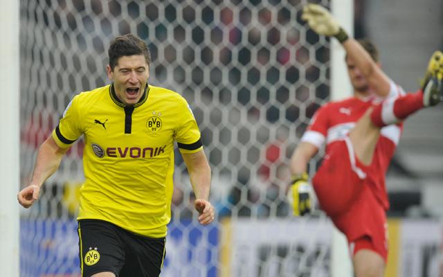 Robert Lewandowski, a Dortmund támadója ünnepli a Stuttgart elleni győztes gólját