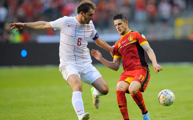 Braniszlav Ivanovics (balra) és Kevin Mirallas küzd a labdáért - Fotó: AFP