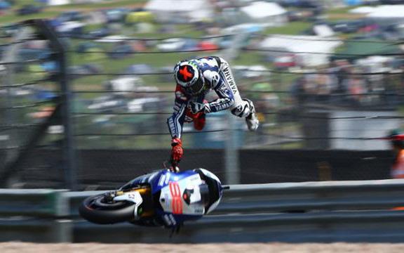 Ismét nagyot esett a spanyol motoros - Fotó: cyclenews.com