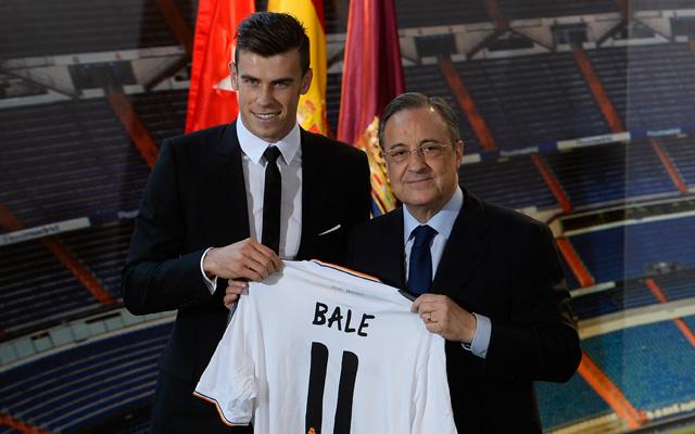 Délután megkapta a Real Madrid mezét Florentino Péreztől - fotó: AFP