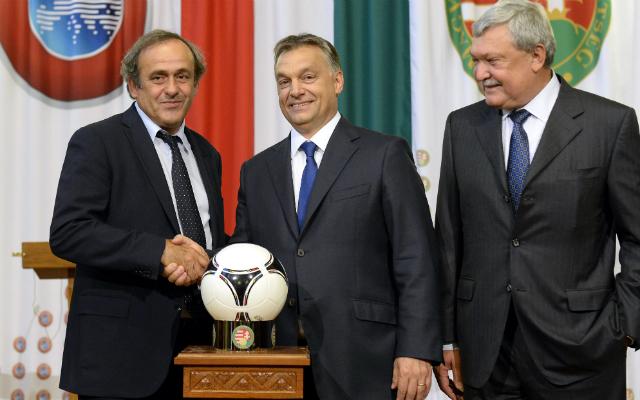 Michel Platini (balra), Orbán Viktor és Csányi Sándor - Fotó: MTI