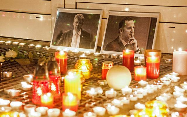 Szurkolók, barátok és ellenfelek is gyertyákkkal emlékeznek Fűzy Ákosra és Tapodi Péterre - Fotó: MTI