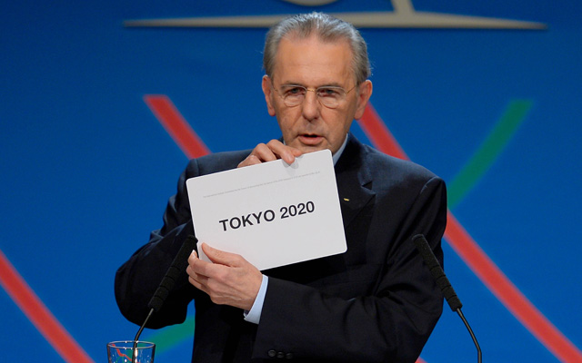 Jacques Rogge leköszönő NOB-elnök bejelenti a győztest - Fotó: AFP