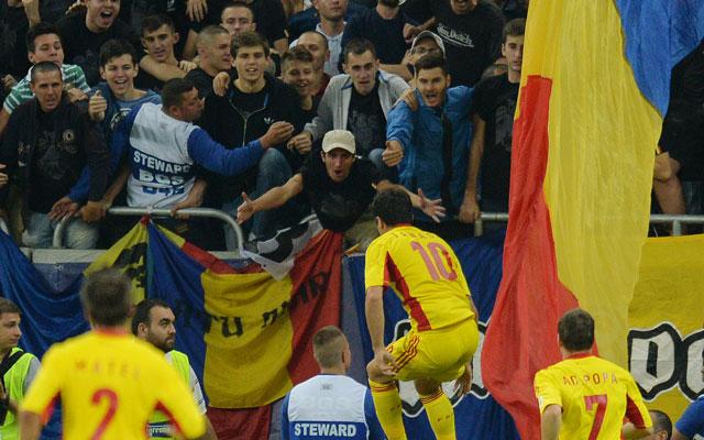 Nem csak a meccsel foglalkoztak a szurkolók a román-magyaron - Fotó: AFP