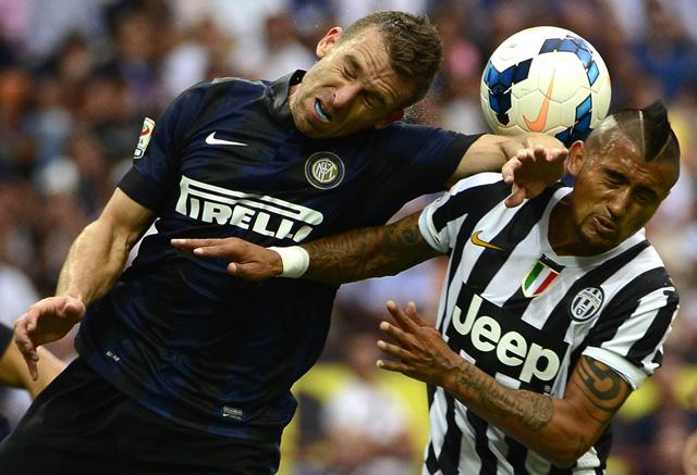 Campagnaro és Vidal gyűri egymást, kőkemény csatát vívtak - fotó: AFP