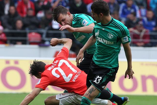 Szalai (középen) nem rúgott gólt egykori csapata otthonában - fotó: AFP