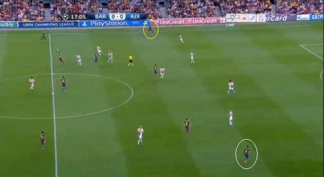 Neymar (sárga) és Sánchez (fehér) igyekeztek széthúzni az Ajax védelmét