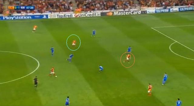 Sneijder (türkiz) Drogba sérülése után Burak Yilmaz (narancs) mellé lépett fel...