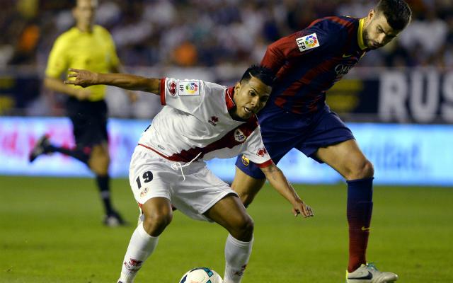 Gerard Piqué nem fért a labdához a Rayo játékosával szemben - Fotó: AFP