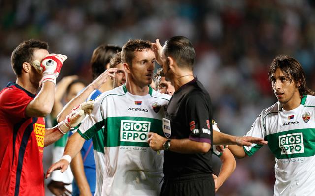 Az Elche játékosai hiába reklamálta César Muniznál - fotó: AFP