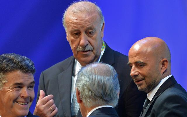 Del Bosque beszélget Jorge Sampaolival (j), a chileiek főnökével - Fotó: AFP