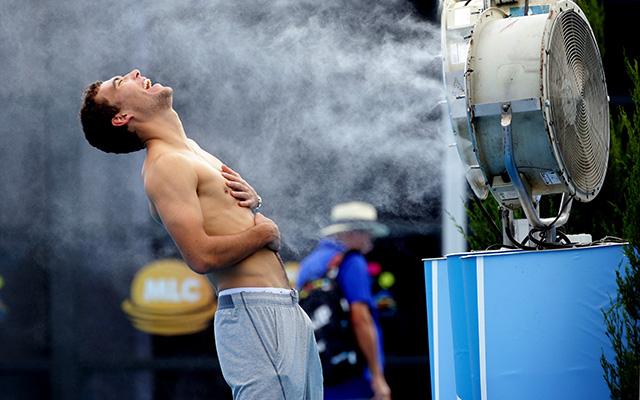A lengyel Jerzy Janowicz így frissíti magát a kánikulában - Fotó: AFP