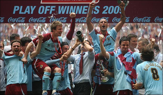 Így örültek a Burnley játékosai a feljutásnak 2009-ben, alighanem idén is ünnepelhetnek