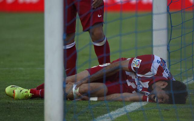 Diego Costa nekicsúszott a kapufának és megsérült - fotó: AFP