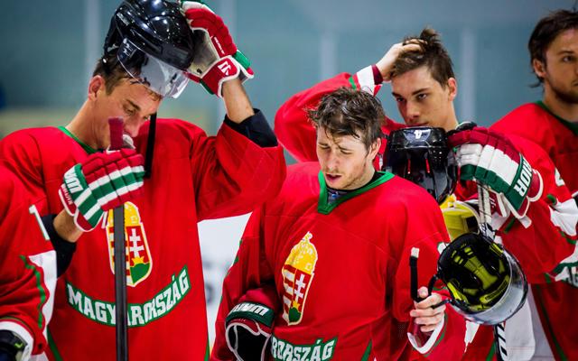 Sofron István (balra) és társai csalódottan vették tudomásul a vereséget - Fotó: MTI