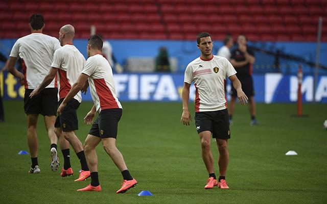 Hazard (j) a belgák Messije - Fotó: AFP