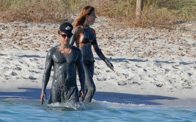 Götze és barátnője fürödni ment - fotó: Daily Mail