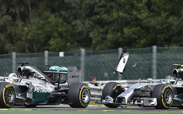 Rosberg felöklelte Hamiltont - Fotó: AFP