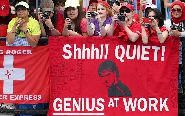 """A torna képe: """"Shhh! Csendet! A zseni munkában"""" áll a Roger Federert buzdító plakáton."""