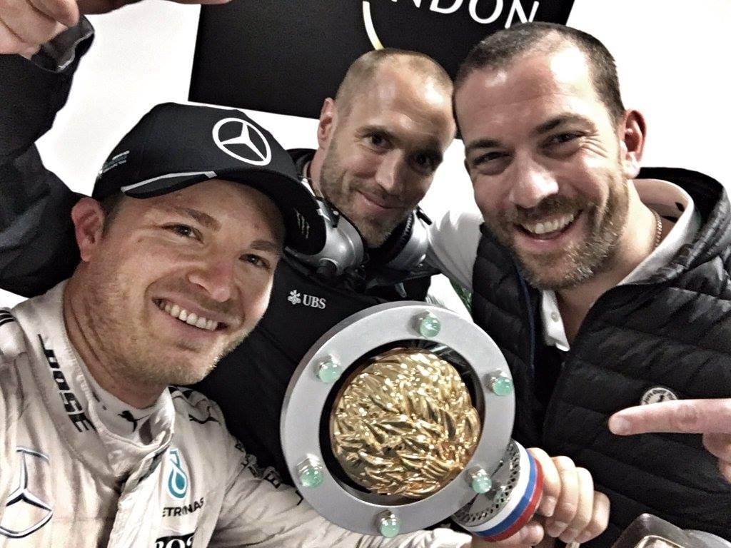 Rosberg a trófeával - eddig nagyon meggyőző a német / facebook.com