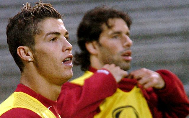 Van Nistelrooy (jobbra) elvágta magát Ronaldónál