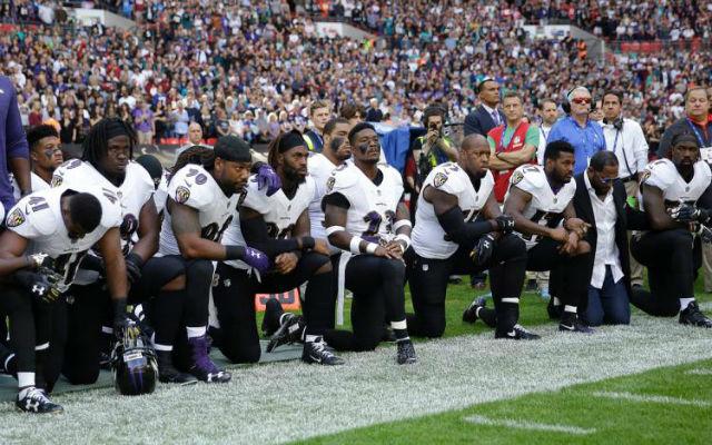 A londoni NFL-meccsen a Baltimore játékosok közül többen is térdeltek - Fotó: NY Daily News