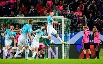 A szlovének kiejtették a skótokat, Lewandowski kilőtte a lengyeleket