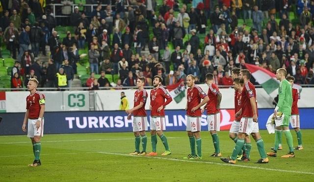 Lehajtott fejű magyar játékosok a lefújás után / MTI