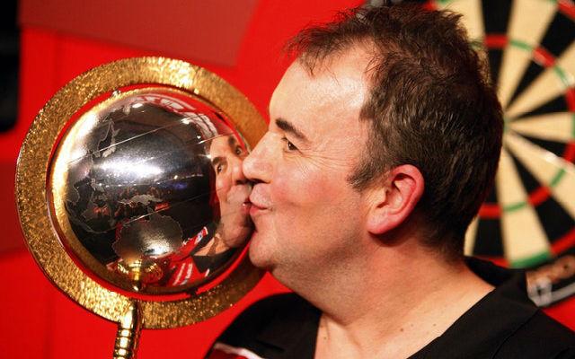 Taylor a világbajnoknak járó trófeával pózol 1999-ben. fotó: timesandstar.co.uk