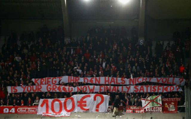 """""""Ki lett végre elégítve a kapzsiságotok?"""" - állt a bajor szurkolók transzparensén. fotó: onefootball.com"""