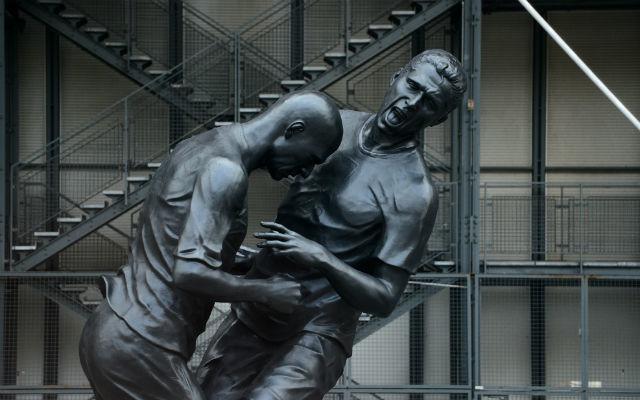 Adel Abdessemed francia szobrász 'Headbutt' nevű műremeke, amely jelenleg Dohában van kiállítva. fotó:bt.com