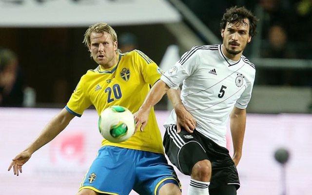 Hummels örülhet, hogy a svédek nem olyan fürgék, mint az El Tri játékosai. fotó: DPA