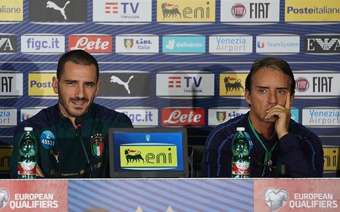 Bonucci és Mancini jó hangulatban diskurált a sajtóval. fotó: Azzurri Twitter