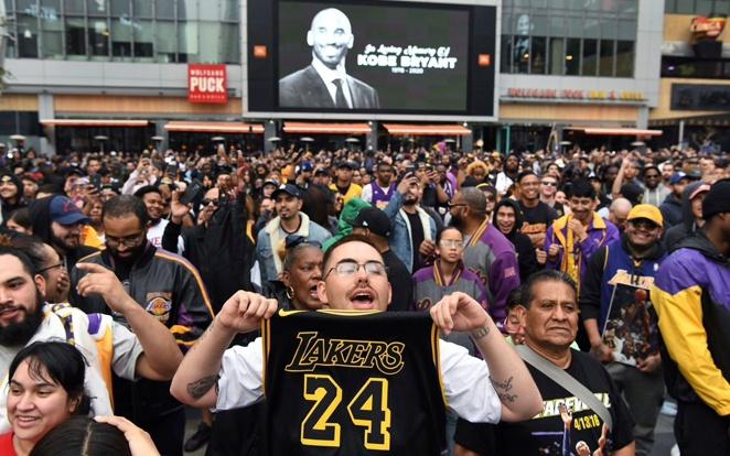 Világszerte millió emlékeztek meg a legendás játékosról, de a központ a Lakers otthona, a Staples Center volt. Fotó: Boston Globe