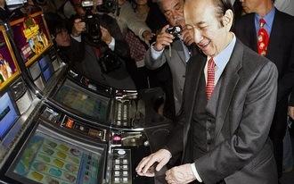 Életének 98. évében elhunyt a 'gambling-világ' királya