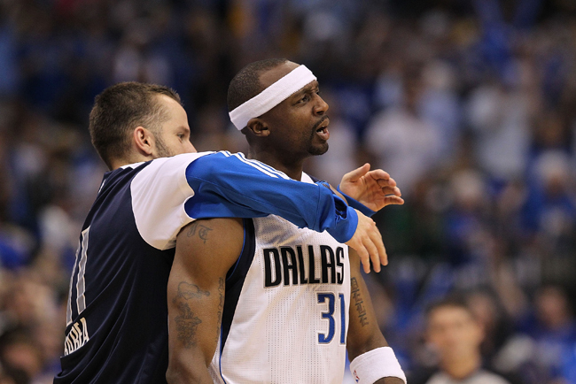 Jason Terry, a Dallas Mavericks védője örül egy hárompontos után a Los Angeles Lakers ellen.