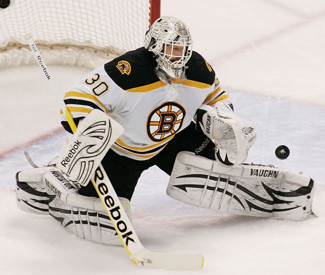 Tim Thomas, a Boston Bruins kapusa véd a Tampa Bay Lightning ellen az NHL rájátszásában a két csapat párharcának harmadik mérkőzésén 2011 májusában