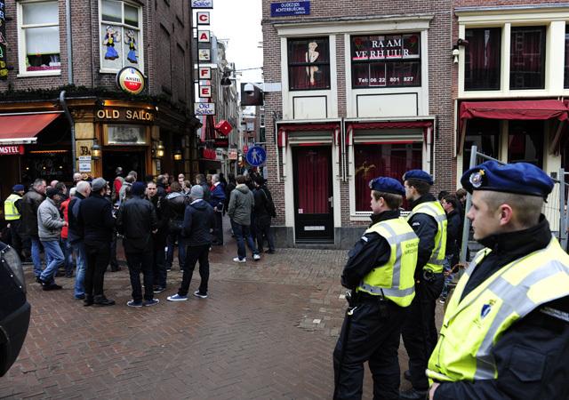 Nem mindenki várja békésen az Ajax-Manchester United meccset - Fotó: AFP