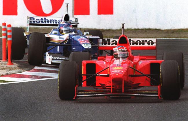 Villeneuve itt még a bajnoki címért harcolt Schumacherrel, ma már a pálya széléről szólogat be - Fotó: AFP