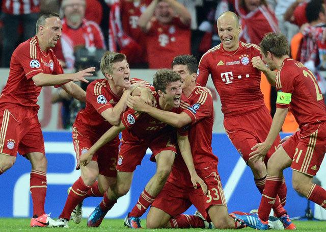 A meccs embere középen. A kupát nyilván szívesebben emelgette volna... Fotó: AFP