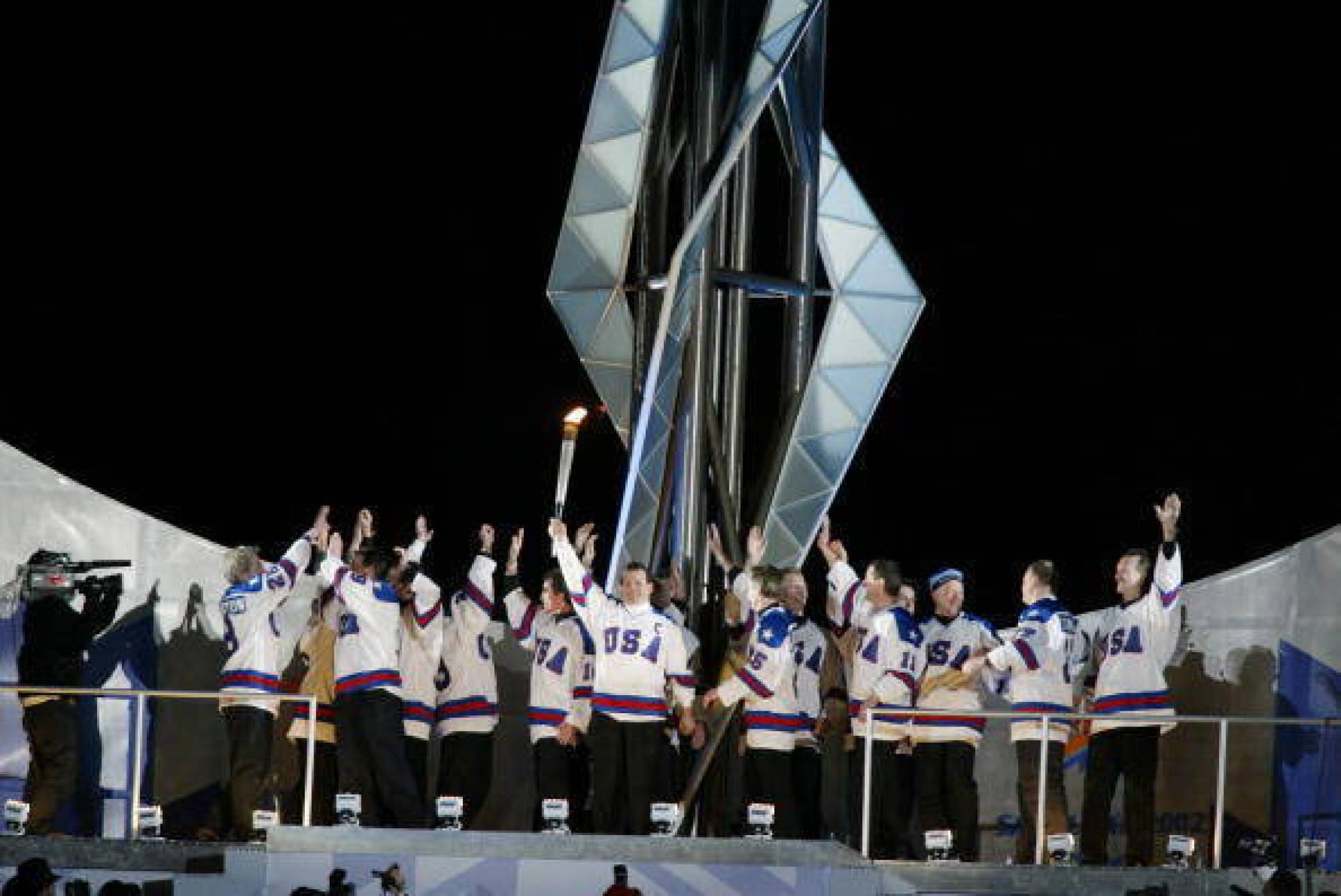 A 2002-es megnyitó egyik legemlékezetesebb pillanata volt, amikor az 1980-ban győztes amerikai jégkorong válogatott tagjai gyűjtották meg a lángot - Fotó:Clive Mason - GettyImages