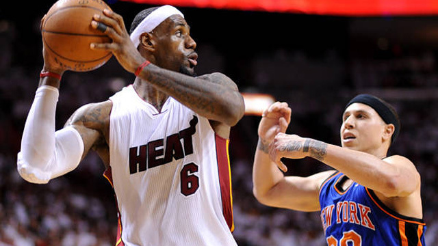 LeBron James, a Miami Heat kiscsatára Mike Bibby ellen